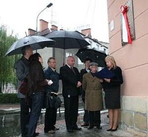 Odsłonięcie tablicy upamiętniającej mord na 80 Żydach w kamienicy przy ul. Franciszkańskiej8