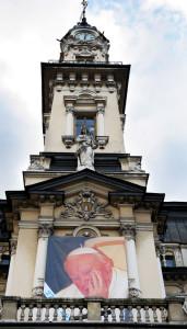 Z okazji kanonizacji na Ratuszu zawisł portret Jana Pawła II Nowy Sącz