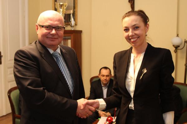 prezydent Nowak podpisanie_umowy_projekt_rewitalizacja_parku_strzeleckiego