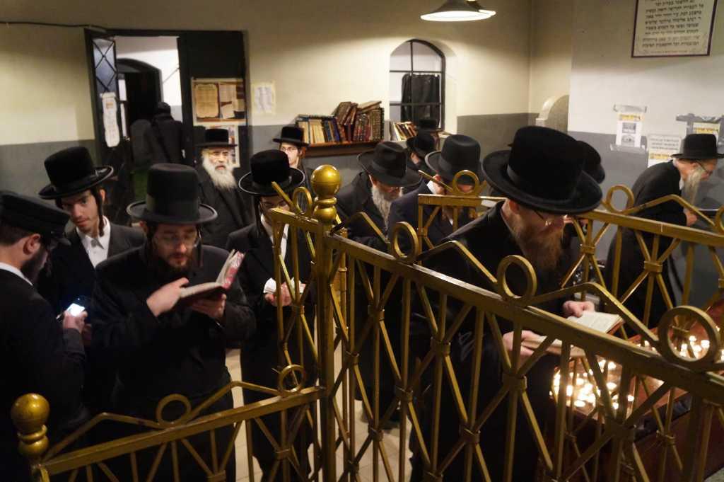 modły chasydów w Nowym Sączu cmentarz żydowski grób Halberstama