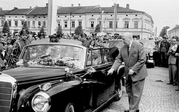 Premier Cyrankiewicz przy swojej limuzynie