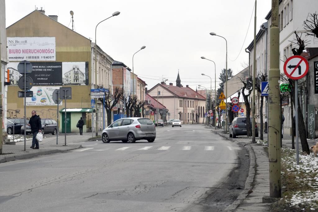 Zakaz skrętu w lewo z Długosza w Młyńską to jeden z częściej lekceważonych przez kierowców znaków w mieście. Fot. Janusz Miczek / Twój Sącz
