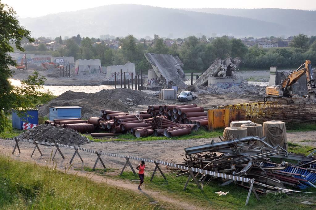 Dobiegają prace związane z wyburzaniem płyty Mostu Heleńskiego na Dunajcu