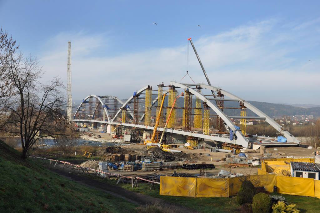 trwa montaż łuków mostu na Dunajcu w Nowym Sączu