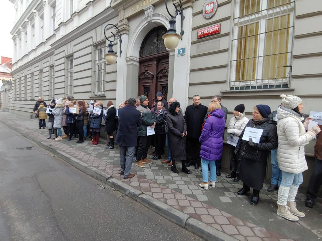 protestują pracownicy sądu