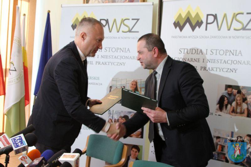 Umowa podpisana przez Rektora PWSZ w Nowym Sączu, dr. hab. inż. Mariusza Cygnara