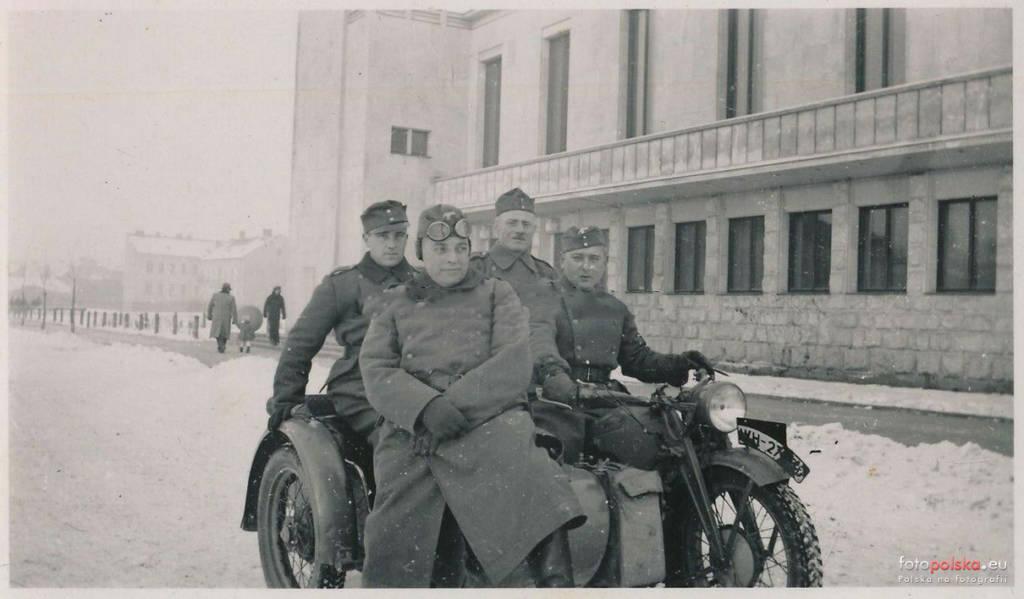Niemcy przed Domem Strzeleckim